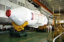 30 de agosto de 2015: Completando la integración de la nave en el escudo témico: inicia su integración con la tercera etapa del cohete portador Soyuz-FG. Foto: S.P. Korolev/RSC Energia.