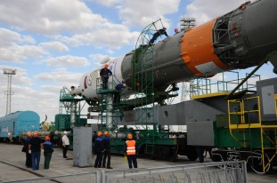 31 de agosto de 2015: La nave espacial Soyuz TMA-18M es colocada en la plataforma de lanzamiento en tren, Cosmódromo de Baikonur en Kazajstán. Foto: S.P. Korolev/RSC Energia.