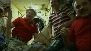 Apertura de la escotilla en el módulo MIM-2 Poisk y bienvenida a los nuevos invitados de la EEI. Foto: NASA TV.