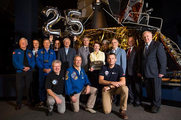 20 de Mayo de 2016: La astronauta británica Helen Sharman posa con parte del personal original involucrado en el Proyecto Juno para celebrar el 25 aniversario de la misión espacial, Museo de las Ciencias, Londres, Inglaterra. Foto: Jack Taylor / Getty Images.