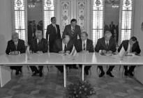 """8 de Diciembre de 1991: Firma del Acuerdo para disolver la URSS y establecer la Comunidad de Estados Independientes (CEI). El presidente de Ucrania, Leonid Kravchuk (segundo a la izquierda), el Presidente del Consejo Supremo de la República de Bielorrusia Stanislav Shushkévich (tercero desde la izquierda sentado) y el presidente ruso Borís Yeltsin (segundo desde la derecha sentado). Viskul Casa de Gobierno en el Parque Nacional """"Bosque de Belovezhskaya, Bielorrusia. Foto: © RIA NOVOSTI."""