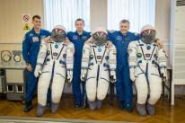09 de Septiembre de 2016: Los miembros de la Expedición 49, posan junto a sus trajes intravehiculares Sokol, durante un ensayo de ajustes generales previo al lanzamiento de su nave Soyuz. Crédito de la imagen: NASA / Victor Zelentsov.