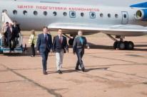 08 de Septiembre de 2016: Los miembros de la Expedición 49, bajan del avión Túpolev Tu-134A del Centro de Entrenamiento de Cosmonautas Gagarin (CECG), tras arribar en Baikonur, Kazajstán. Crédito de la imagen: NASA / Victor Zelentsov.