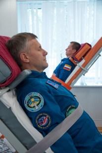 16 de Septiembre de 2016: El ingeniero de vuelo Andréi Borisenko, en primer plano, y el comandante de la Soyuz Serguéi Rízhikov toman parte en la formación de la mesa basculante durante el día de prensa, Hotel del Cosmonauta en Baikonur, Kazajstán. Crédito de la imagen: NASA / Victor Zelentsov.