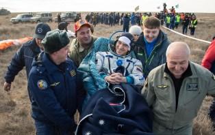 El cosmonauta Anatoli Ivanishin es llevado a un puesto de revision médica, momentos después de que aterrizara junto a sus compañeros de tripulación en un área remota cerca la ciudad de Zhezkazgan. Crédito de la imagen: NASA / Bill Ingalls.