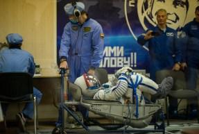 19 de Octubre de 2016: Shane Kimbrough durante los últimos ajustes y verificación en la presión de su traje intravehicular Sokol, poco antes de su lanzamiento a la EEI desde el Cosmódromo de Baikonur. Crédito de la imagen: NASA / CECG / Irina Peshkova.