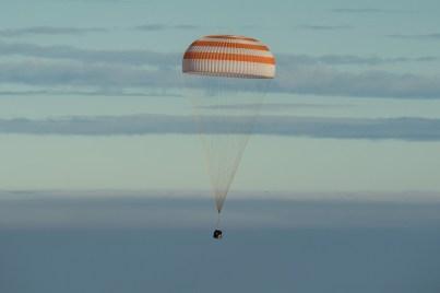 El módulo de descenso tripulado de la nave Soyuz MS-01 durante su vuelo de aterrizaje. Crédito de la imagen: NASA / Bill Ingalls.