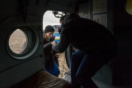 La astronauta de la NASA Kate Rubins sube con ayuda a un helicóptero de rescate MI-8, poco después de aterrizar en un área remota cerca la ciudad de Zhezkazgan. Crédito de la imagen: NASA / Bill Ingalls.