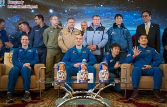 La astronauta de la NASA Kate Rubins, (izq), el cosmonauta ruso Anatoli Ivanishin de Roscosmos, (cent), y el astronauta Takuya Onishi de la Agencia de Exploración Aeroespacial de Japón (JAXA) sentados sillas durante una ceremonia de bienvenida en la ciudad de Karagandá. Crédito de la imagen: NASA / Bill Ingalls.