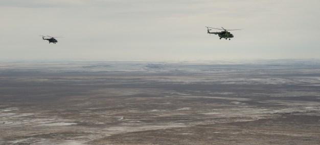 Un operativo ruso de búsqueda y rescate vuela con dirección a Zhezkazgan para brindar apoyo durante el aterrizaje de la Soyuz MS-01. Crédito de la imagen: NASA / Bill Ingalls.