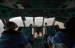 La cabina de un helicóptero MI-8 durante el operativo ruso de búsqueda y rescate con dirección a Zhezkazgan para brindar apoyo durante el aterrizaje de la Soyuz MS-01. Crédito de la imagen: NASA / Bill Ingalls.