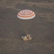 Aterrizaje del módulo de descenso tripulado de la nave Soyuz MS-01 en las estepas de Kazajstán. Crédito de la imagen: NASA / Bill Ingalls.