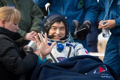 El astronauta de la JAXA Takuya Onishi, descansa en una silla, poco después de haber sido evacuada del módulo de descenso de la Soyuz. Crédito de la imagen: NASA / Bill Ingalls.