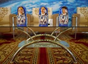 La astronauta de la NASA Kate Rubins, (izq), el cosmonauta ruso Anatoli Ivanishin de Roscosmos, (cent), y el astronauta Takuya Onishi de la Agencia de Exploración Aeroespacial de Japón (JAXA) representados en unas muñecas rusas matrioshkas que reciben como souvenir durante una ceremonia de bienvenida en la ciudad de Karagandá. Crédito de la imagen: NASA / Bill Ingalls.