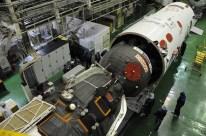11 de Octubre de 2016: La nave Soyuz MS-02 (módulo orbital) sujetada por el segmento PkhO, es preparada para su integración con el escudo térmico. Foto: S.P. Korolev/RSC Energia.