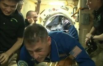 Recepción de los nuevos tripulantes en el módulo Poisk MRM-2. Foto: NASA TV.