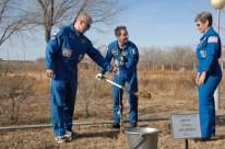 10 de Noviembre de 2016: Los miembros de la Expedición 50 plantan un árbol con el nombre Thomas Pesquet, detrás de sus habitaciones en el Hotel del Cosmonauta en Baikonur, Kazajstán, como parte de las ceremonias tradicionales previas al lanzamiento. Crédito de la imagen: NASA / Alexander Vysotsky.