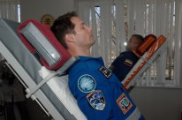10 de Noviembre de 2016: El ingeniero de vuelo Thomas Pesquet, en primer plano, y el comandante de la Soyuz Oleg Novítski toman parte en la formación de la mesa basculante durante el día de prensa, Hotel del Cosmonauta en Baikonur, Kazajstán. Crédito de la imagen: NASA / Alexander Vysotsky.