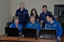 10 de Noviembre de 2016: Los miembros de la Expedición 50 practican los procedimientos de cita espacial y acoplamiento con simuladores de ordenador en laptops. Crédito de la imagen: NASA / Alexander Vysotsky.