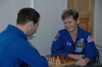 10 de Noviembre de 2016: Los miembros de la Expedición 50 el astronauta Thomas Pesquet de la ESA (izq) y Peggy Whitson de la NASA, juegan ajedrez, como parte de las actividades previas a su vuelo. Crédito de la imagen: NASA / Alexander Vysotsky.