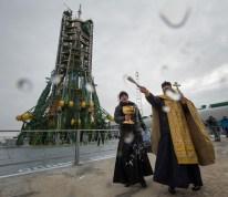16 de Noviembre de 2016: Un sacerdote ortodoxo bendice a los miembros de los medios de comunicación en la plataforma de lanzamiento de la Soyuz MS-03 desde Cosmódromo de Baikonur, Kazajstán. Crédito de la imagen: NASA / Bill Ingalls.
