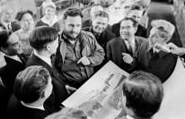 Fidel Castro se reúne con trabajadores del arte durante su vista a Krasnoyarsk, el Artista del Pueblo de la RSFS Vladímir Meshkov de Rusia entrega al invitado un regalo con impresiones de lino, Krasnoyarsk, RSFS de Rusia, Unión Soviética, Mayo de 1963. Foto: Yuri Barmin / ITAR-TASS.
