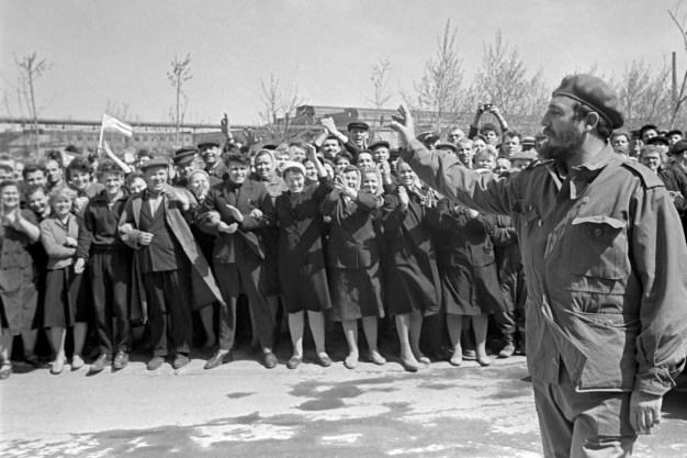 El Primer Ministro del gobierno revolucionario de Cuba Fidel Castro saluda a los trabajadores de la fábrica «Uralmash», Unión Soviética, 05 de Diciembre de 1963. Foto: © ITAR-TASS.