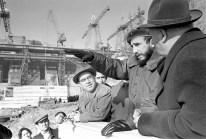 El Primer Ministro de Cuba, Fidel Castro (Centro) es fotografiado en el sitio de construcción de la Estación Hidroeléctrica de Bratsk. Foto: ITAR-TASS.