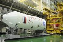 04 de Noviembre de 2016: EL escudo térmico es arreglado días antes de su colocación final sobre la nave Soyuz MS-03. Foto: S.P. Korolev/RSC Energia.