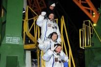 17 de Noviembre de 2016: Los miembros de la Expedición 50 se despiden de la multitud antes de abordar la nave Soyuz MS-03 para su lanzamiento a la EEI desde el Cosmódromo de Baikonur, Kazajstán. Foto: S.P. Korolev/RSC Energia.