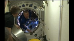 Recepción de los nuevos tripulantes en el módulo Rassvet MRM-1. Foto: NASA TV.