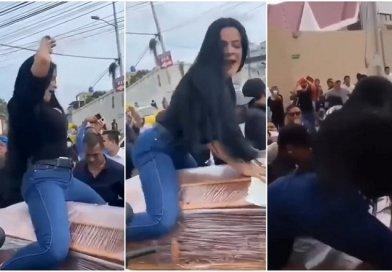 Vídeo. Viúva rebola em caixão, simula sexo e beija morto durante funeral