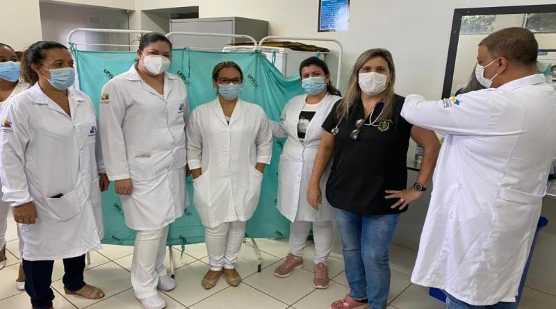 Dra. Luciana é a primeira pessoa vacinada com a CoronaVac em João Pinheiro