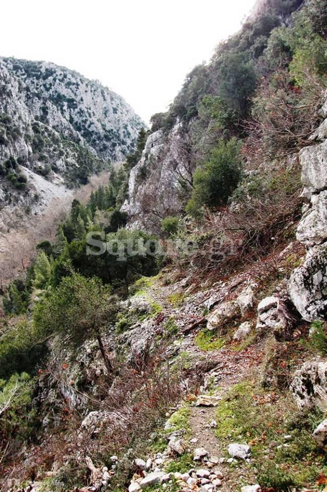 4-Το-μονοπάτι-που-οδηγεί-στο-πλάτωμα-του-σπηλαιώδους-ναού-του-Αγίου-Ιωάννη-του-Χρυσοστόμου