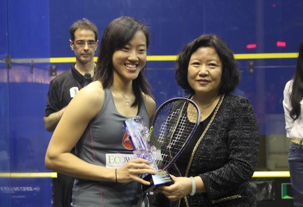 Low Wee Wern receives her trophy