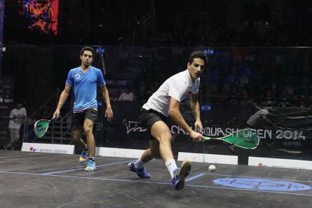 Mazen Hesham on the backhand against Tarek Momen