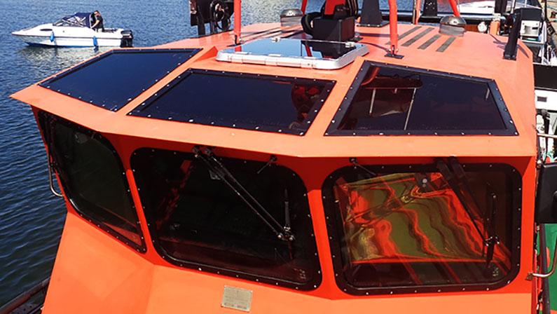 Mørktonet solfilm på båd