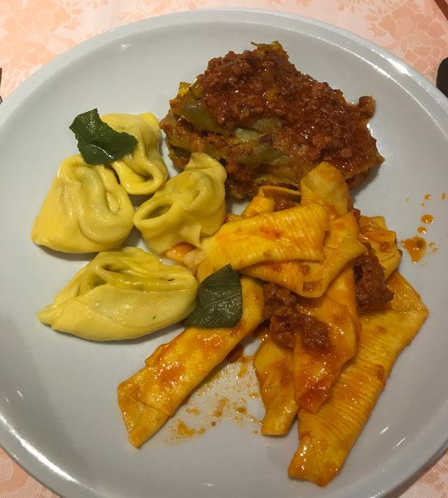 Cosa mangiare a Modena? Di certo i primi della cucina emiliana: tortelli, lasagne, gnocchi