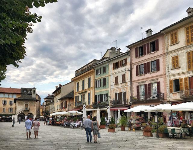 Uno dei borghi più belli del Piemonte è Orta San Giulio, con il suo lago e la meravigliosa Piazza Motta