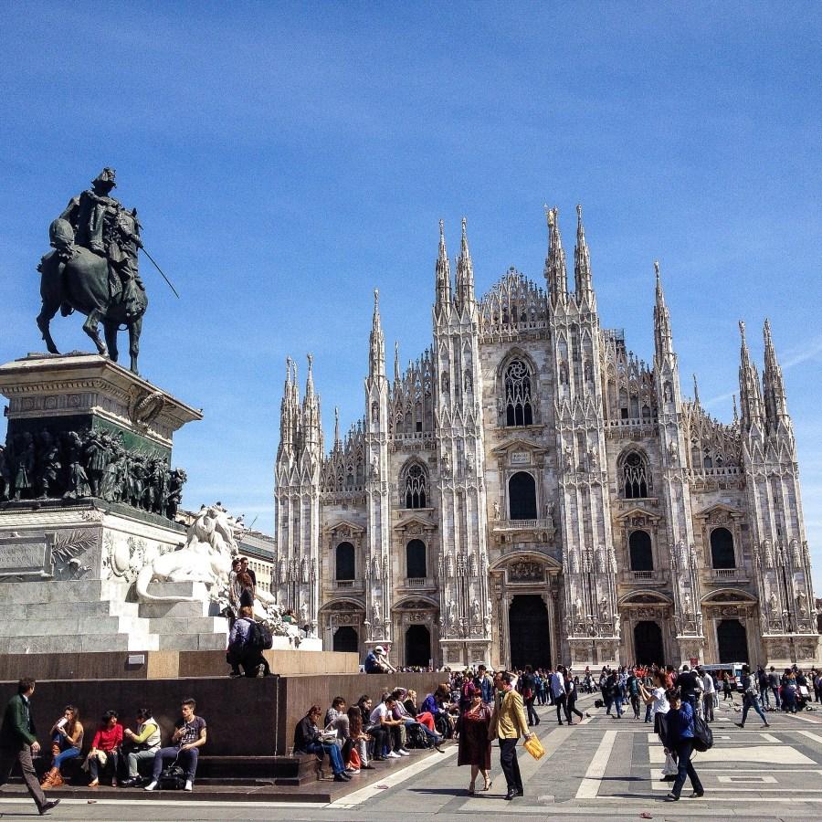 Cosa fotografare a Milano? Punto di partenza obbligatorio è il Duomo e la sua piazza sempre piena di gente