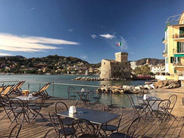 Rapallo-castello-tavolini-mare-sole-cielo-blu