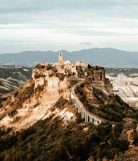 Civita di Bagnoregio è un borgo che consiglia Eliana Lazzareschi Belloni