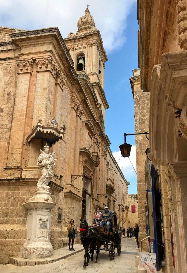 Il miglior modo di visitare Mdina a Malta? Certamente un bel giro in carrozza !
