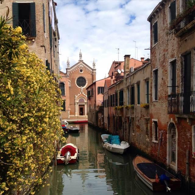 Cannaregio è il sestiere di Venezia che regala più meraviglie. La più grande è lo scorcio sulla bellissima chiesa di Madonna dell'Orto dal ponte sopra Rio Ca' Brazzo