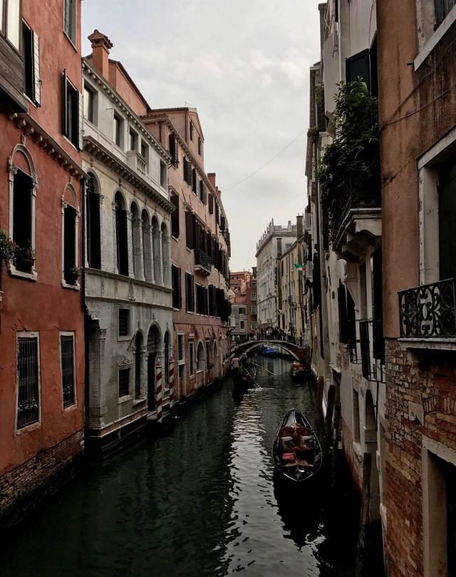 Vuoi fotografare la Venezia autentica? Immergiti tra le calli e osserva i canali, con le gondole che passano e i meravigliosi palazzi che si affacciano