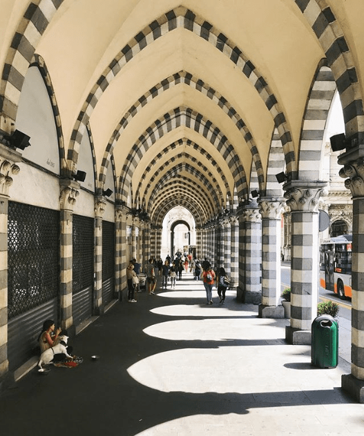 Cosa fotografare a Genova? Da non perdere Via XX Settembre con le grandi arcate che regalano un effetto prospettico fantastico