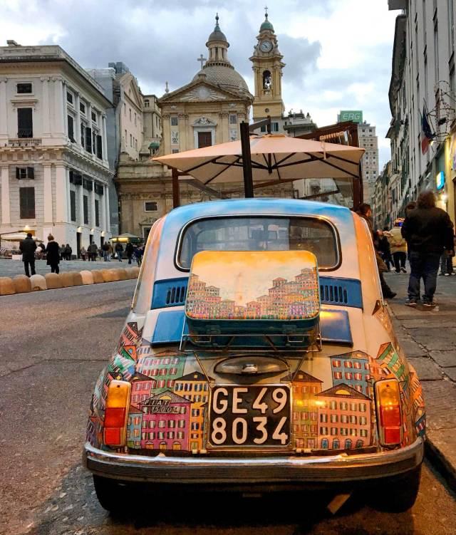 In giro per Genova è facile trovare la pittoresca Fiat500 dipinta che è certamente da fotografare a Genova