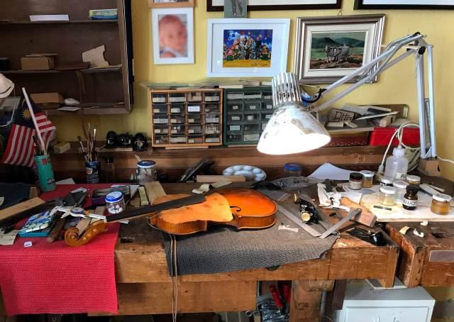 Entrare in una bottega di un liutaio mentre crea un violino: visitare Cremona è anche questo!