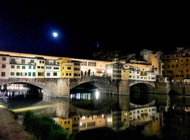 Per chi viene a Firenze, il Ponte Vecchio è imperdibile: una foto da ricordare negli anni è assicurata.