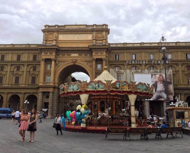 Cosa fotografare a Firenze? Da non perdere Piazza della Repubblica, con le sue arcate, i caffè e l'affascinante giostra storica.